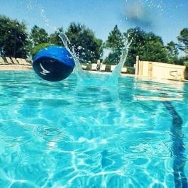 Skákající vodní míček